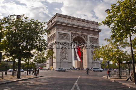 the arc de triomphe on the