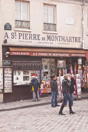 a street scene in the montmartre