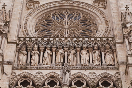 statues on the tympanum of notre