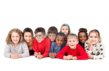gruppe von gluecklichen kindern