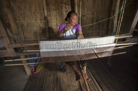 weaving a punin on a traditional