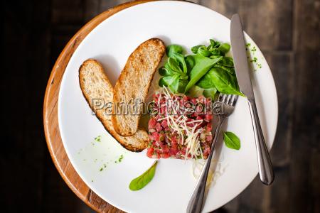 tartare von rindfleisch mit spinat