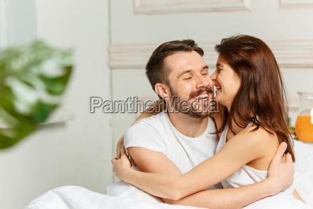 junge erwachsene heterosexuelle paar liegt auf