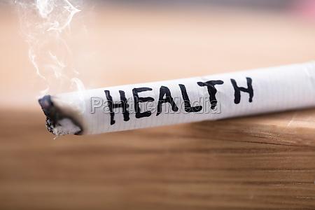 gesundheit risiko auf brennende zigarette