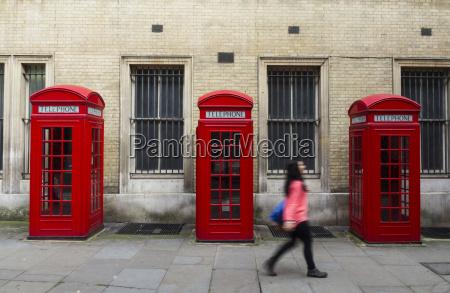 grossbritannien london unkonzentrierte frau zu fuss