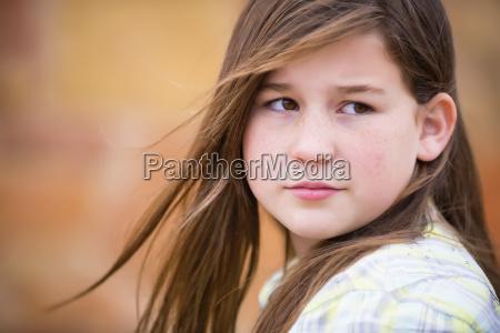 portraet af kaukasiske land pige i