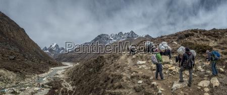 nepalhimalayakhumbupherichetrekker und packtiere auf wanderweg