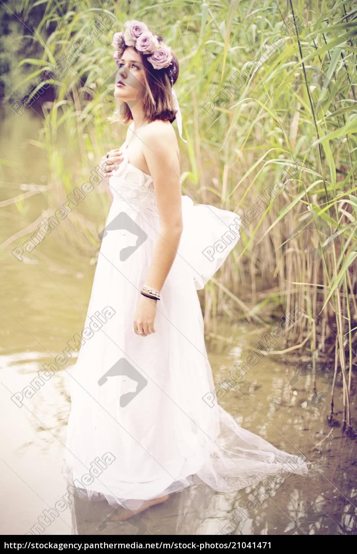 frau, trägt, hochzeitskleid, und, blumenkrone, im - 21041471