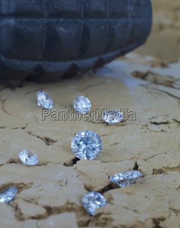 diamanten auf demboden mit handgranate im