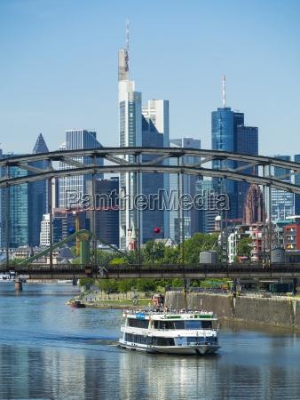 deutschland hessen frankfurt deutschherrnbruecke ausflugsschiff finanzviertel