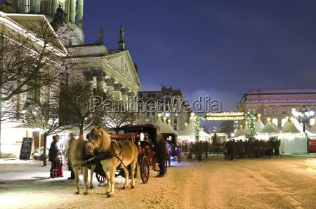 deutschland berlin pferdekutsche im weihnachtsmarkt am