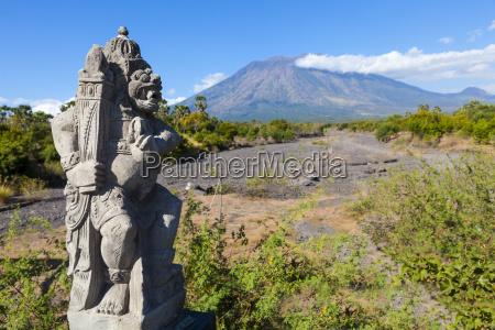 indonesien skulptur am berg gunung agung