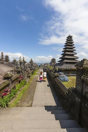 indonesien, leute, die, an, pura, penataran, agung-tempel, gehen - 21043573