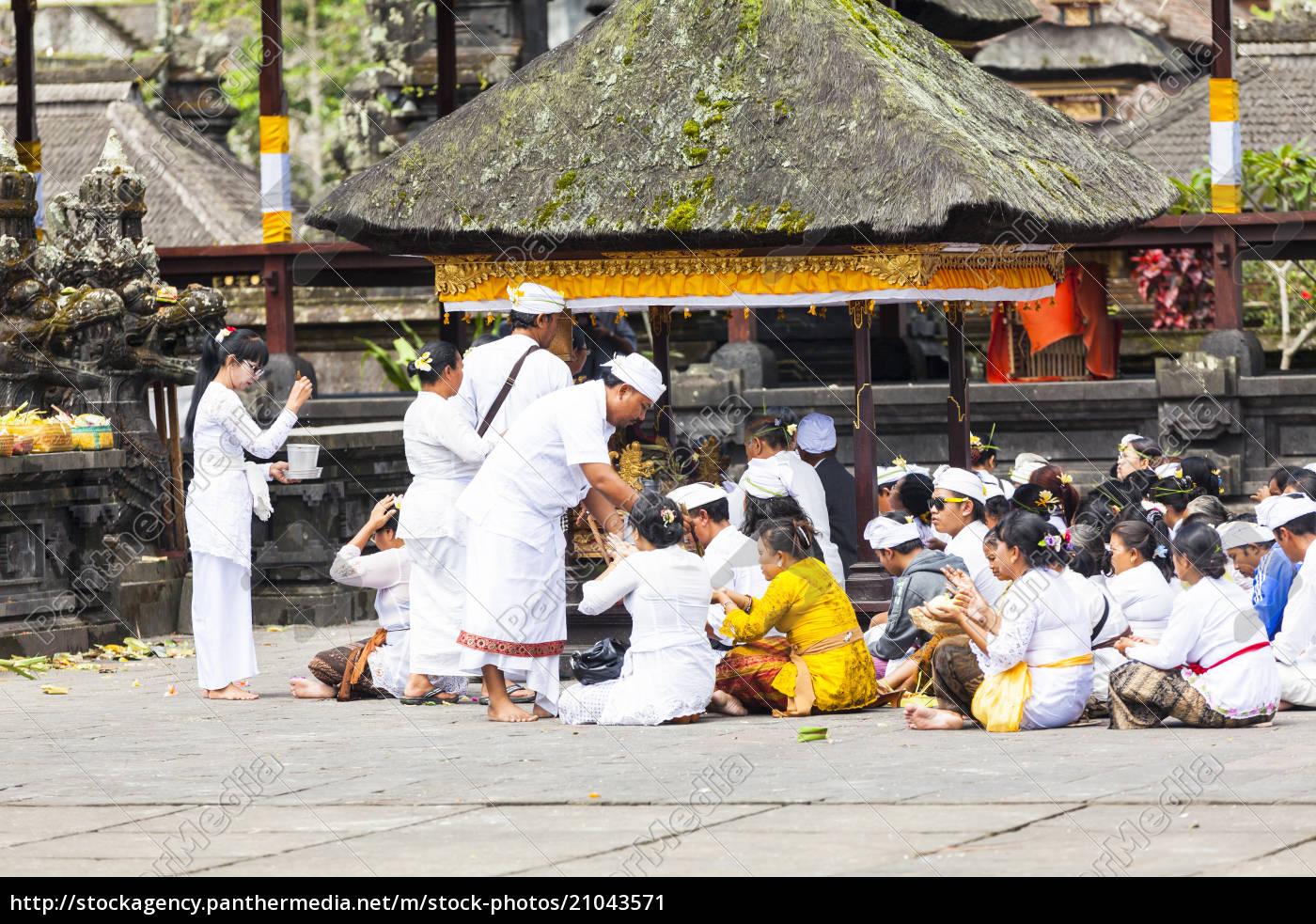 indonesien, leute, die, an, pura, penataran, agung-tempel, sitzen - 21043571