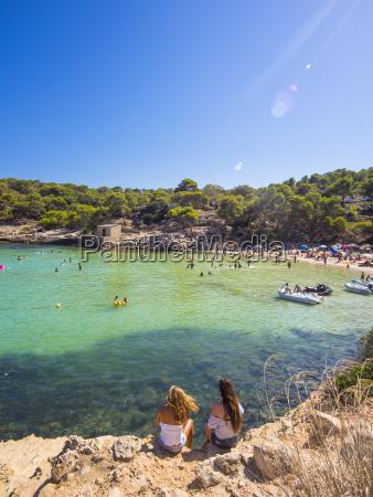 spanien balearen mallorca zwei weibliche touristen