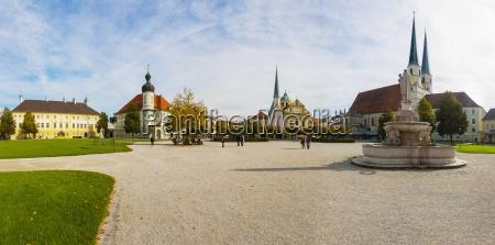 deutschland bayern oberbayern altoetting kapellplatz marienbrunnen