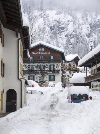 deutschland bayern chiemgau verschneite reit im