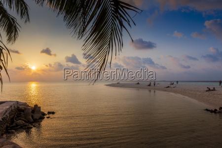malediven menschen am strand beobachten sonnenuntergang