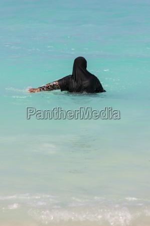 malediven muslimische frau im ozean mit
