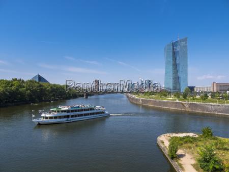 deutschland frankfurt europaeische zentralbank mit tourboot