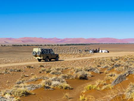 namibia hardap fahrzeug auf schotterstrasse