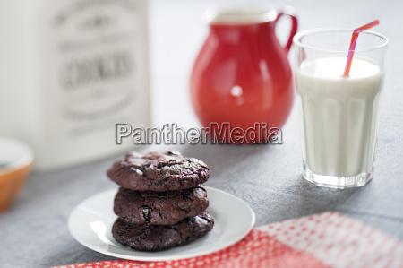 schokoladenkekse mit getrockneten sauerkirschen und glas