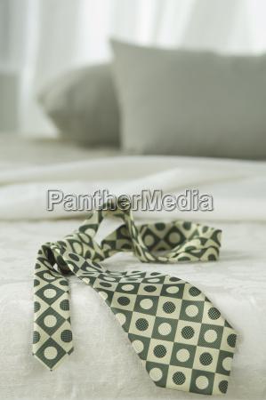 gemusterte krawatte ein bett