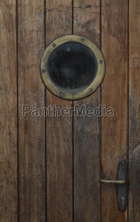 porta in legno con oblo di