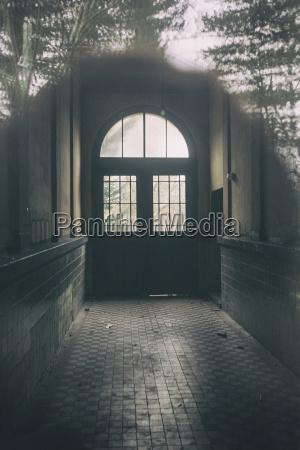deutschland potsdam korridor einer verlassenen stadtvilla