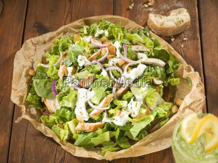 caesar salat mit kuehlem getraenk abschluss