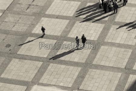 deutschland berlin quadrat mit fussgaengern ansicht
