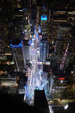 stadt nacht nachtzeit auto automobil personenkraftwagen