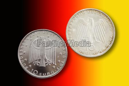 zwei deutsche gedenkmuenzen vor nationalen farben