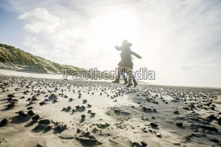 wolke strand springen springend springt huepfen