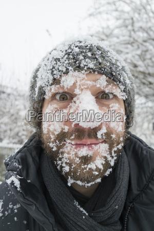 portraet des menschen mit schnee im
