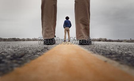 blick durch stehende beine zu einem