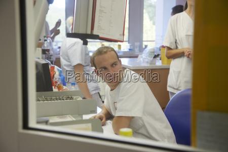 deutschland freiburg krankenpflegestation im krankenhaus