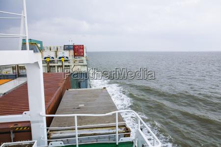 deutschland hamburg containerschiff in der nordsee