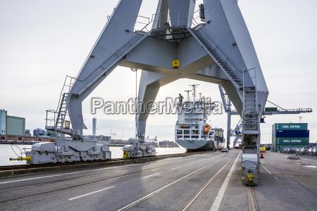 verkehr verkehrswesen containerschiff schweden trockendock dock