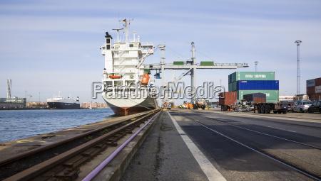 schweden blick auf containerhafen in malmoe