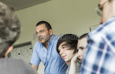 oesterreich lehrer diskutiert mit studenten