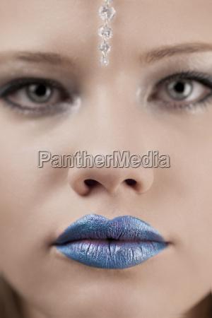 junge frau mit blauen lippen