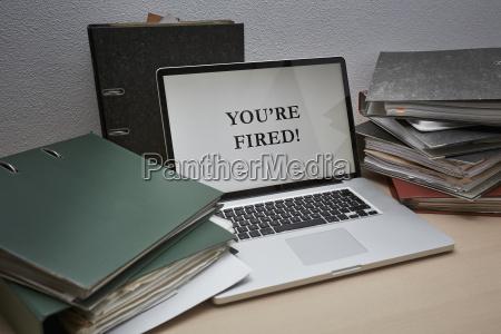 laptop mit dateien auf dem tisch