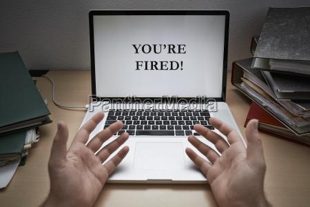 menschliche hand mit laptop close up