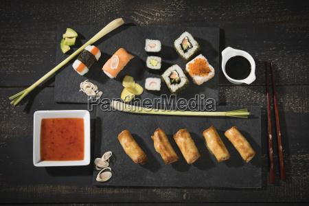 vielzahl der sushi und fruehlingsrollen