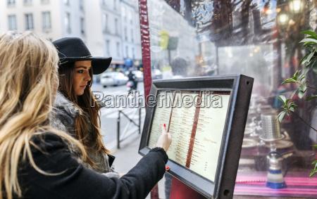 frankreich paris zwei weibliche touristen die