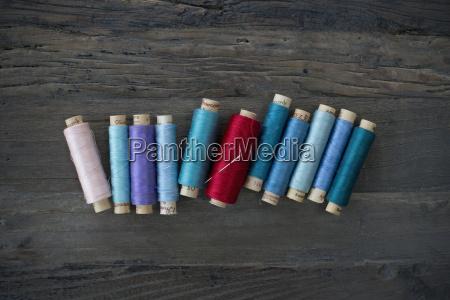 reihe von verschiedenen baumwollrollen auf holz