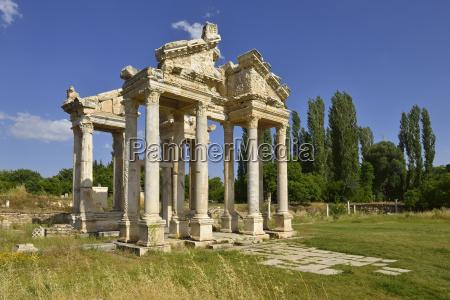 paseo viaje arbol antiguo nube griego