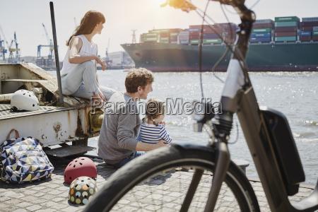 deutschland hamburg familie die eine pause