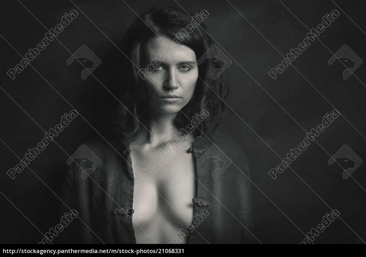 porträt, der, frau, mit, dunklen, haaren - 21068331